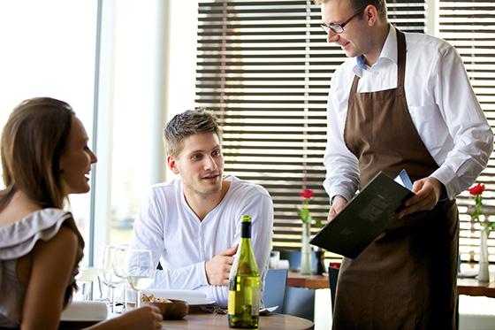 официант и гости ресторана
