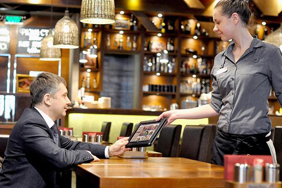 официант принимает заказ в ресторане