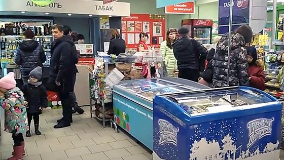 прикассовая зона в магазине продуктов